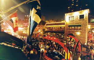 © Association des marchands  de la rue Crescent イベントの夜には多くの人で賑わう