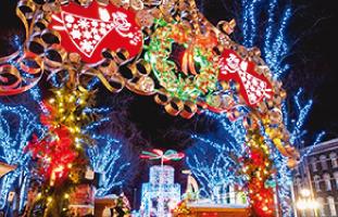 イルミネーションたっぷりの クリスマスマーケット