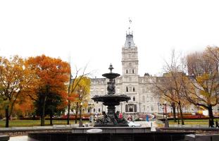 州議事堂と噴水