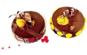 繊細なデザインが施されたチョコレートケーキ