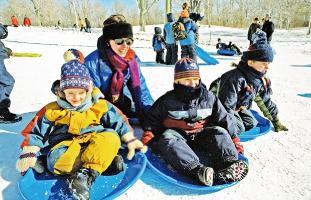 © Tourisme Montréal, Stéphan Poulin そり遊びではしゃぐ子ども達