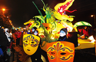 大人から子供まで楽しめるナイトパレード