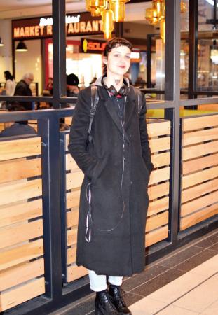 Sabrina/Student 全体をブラックでまとめクールでロックなスタイルに。 首のタトゥーが服装とマッチして◎