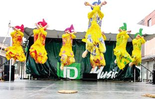 それぞれの文化が民族舞踊を披露する