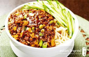 ▲Minced Pork with Noodles in Peking Sauce 地方によって特徴が違うのが中華料理でジャージャー麺は北京料理。肉味噌と麺の相性は抜群、キュウリの水気が塩気の強い肉味噌を少しマイルドに食べやすくしてくれる。冷たいジャージャー麺もあったかい室内で食べれば思う存分楽しめるはず。ぜひ本場さながらの麺を楽しんでいただきたい。 Asian Legend 418 Dundas St. W 416-977-3909 / asianlegend.ca