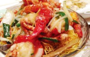 ◀Lobster Ginger and Onion Chow Mein 豪快にロブスターが入ったあんかけかた焼きそば。とろみのあるソースにはロブスターと野菜の旨味が凝縮されている。殻つきなので食べるのが少し大変だが、それも食の楽しみだろう。生姜とネギで体も温まり、まさにこの時期にぴったりな一品だ。 Congee Wong 10 Ravel Rd. / 416-493-8222 congeewong.com