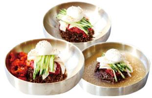 1. Mool Naengmyun 2. Bibim Naengmyun 3. Hwae Naengmyun Cho Sun Okでは本場韓国の冷麺を楽しむことができる。強いコシのある麺の色は日本の冷麺よりも少し黒っぽい。素材のうまさが引き立つような付け合わせとお店特製のスープ、そして綺麗な盛り付けが魅力。辛いのが苦手な人も試せる韓国定番冷麺(1)、汁無しバージョンは普通(2)と少し辛い(3)ものがあるのでお好みでお試しあれ。 Cho Sun Ok 7353 Yonge St. / 905-707-8426 chosunok.ca