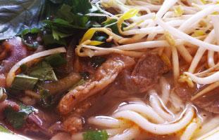 ▼Bún bò Huế ダウンタウンから少し離れたところにある本場ベトナムフォーレストラン。ベトナム中部発祥でフォーよりも太いうどんのようなライスヌードルが特徴。レモングラスと赤唐辛子の効いた酸味のあるピリッと辛い味がくせになる。ベトナムではさらにホットソースを掛けて食べる。辛いもの好きな人は是非。 Pho Linh Restaurant 1156 College St W.  416-516-3891