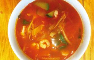 ◀Spicy Seafood Soup Yonge St × Wellesley St近くにあるコリアンレストラン。BBQが有名なお店だが体の暖まるピリッと辛いスープもおすすめ。エビ、イカ、ムール貝などのシーフードと野菜の旨味がたっぷり詰まったスープ。見た目よりはマイルドな辛味なので海鮮好きの方は是非試していただきたい。 Yuumy Bar B Q 522 Yonge St. / 416-921-5158