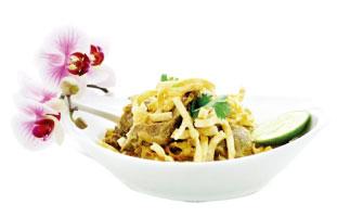 KHAO SOI▶ 他店のカオソーイに比べ、ここではスープというよりはソースに入った麺。カレーの旨味と辛味を残したまま、少しココナッツミルクで口当たりをマイルドにしてネギ、パクチー、揚げた麺をトッピングする。鶏肉か牛肉か選ぶことができ、本場タイ北部の味を楽しめる。 Sukho Thai 274 a Parliament St. / 416-913-8846 sukhothaifood.ca