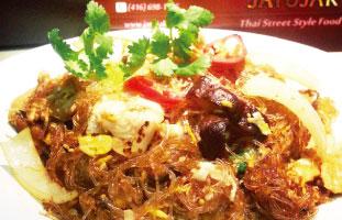 ▲Pad Woon Sen タイ料理を代表する麺料理といえばパッタイを思い浮かべる人も多いはず。このPad Woon Senはタイではパッタイに並ぶ定番メニューでよりヘルシーで軽い味付けになっている。春雨が使われておりカロリー控えめで、たっぷりの野菜が嬉しい。味付けも醤油ベースなので日本人に好まれる。 Jatujak 1466 Kingston Rd. 416-698-1466 / jatujak.ca