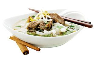 ◀GUAYTIAW SUKHOTHAI タイでお馴染みのライスヌードルスープ。麺が入っているがスープという概念で食べられている。少し甘みのあるスープに豚肉、パクチーなどでシンプルに味付け、更にここではタイ北部のSukhothai風にするためにすりおろしたピーナッツが加えられる。あっさりしたスープと濃厚なピーナッツの相性が抜群だ。 Sukho Thai 274 a Parliament St. /416-913-8846  sukhothaifood.ca ⒸSukhothai