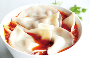 ◀The Cold Spicy Noodle and Zhong's Dumpling 冷製スパイシーヌードルに蒸し餃子まで入ったボリューム満点の一品。本場四川料理の辛さを試してみたい人におすすめだ。冷たい麺だが、辛味でぽかぽか体が温まる。ジューシーな餃子もスパイシースープとの相性抜群だ。 Szechuan Legend Restaurant 505 Hwy 7 East, Unit 91&92, / 905–889–7883  sichuanlegend.com