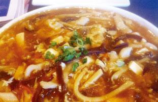 ◀Noodles with Shredded Chicken in Hot & Sour Soup 定番中華スープに麺が入ったもの。とろみのあるスープは食事の最後までアツアツでほのかな酸味とピリっと辛い味が食欲をそそる。ボリューム満点なのにお値段がお手頃なのも嬉しい。冬についつい通ってしまう一品だ。 Asian Legend 418 Dundas St. W / 416-977-3909 asianlegend.ca