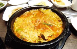 Yuk Gae Jang 牛肉をワラビやもやしなどの野菜と一緒にじっくり煮込こんだピリ辛のスープ。とき卵が口当たりをマイルドにしてくれている。春雨も入っており、ボリューム満点。韓国では冬に体を温めるため、夏にスタミナをつけるため、1年中食べられている人気スープだ。 Pyung Won House 5588 Yonge St. / 416-225-0904