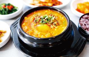 Haemool Soon Tofu 日本でもお馴染みのスンドゥブ。こちらは牡蠣やハマグリなど4種の魚介類を使って煮込んでいるため辛味に加えて風味豊かな味わい。卵のまろやかさと相まって豆腐の持つ旨みを存分に引き出している。ヘルシーかつ美味しい、という夢のような一品である。 Cho Sun Ok 7353 Yonge St. / 905-7078426 / chosunok.ca