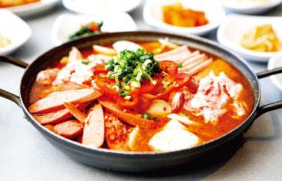 Budae Jjigae Jeongol 寒い冬に食べる定番鍋の一つ。たっぷり入ったソーセージ、ハム、豚肉が様々な野菜と一緒に煮込まれたスパイシー鍋。ガッツリ食べたいお肉好きの人におすすめだ。ラーメンも入っているので食事の〆にみんなでシェアするのも◎。 Cho Sun Ok 7353 Yonge St. / 905-7078426  /chosunok.ca