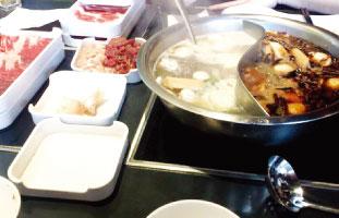 Hot Pot ここでは10種類以上のスープから選べ、お肉や野菜をオーダーして自分の鍋を作る。他店と違うのは自分で鍋を食べるソースを作れるところ。醤油やポン酢などとネギ、ごまなどの薬味が並んでおり、ついいろいろ試したくなってしまう。寒い冬に友人、家族と出掛けたい。 Made In China Hot Pot 3280 Midland Ave. E Unit 27-28 / 416-332-8807