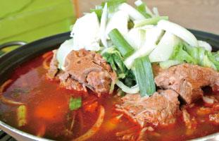 Bork Bone Soup お馴染みの骨付き豚肉が煮込まれた鍋。1人用のものもあるが、ここでは大きな鍋で注文することが可能で、通常のカムジャタンより野菜も多め。豚と野菜の旨味が混ざったピリ辛のスープは絶品。意外とあっさり食べれてしまう。2,3人でシェアするのがおすすめ。 Paldo Gangsan 694 Bloor St. W / 416-536-7517
