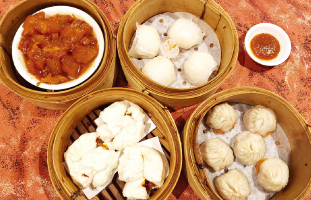 (左上から時計回りで) 1.Beef Tendon 2.Har Gows  3.Xiao Long Bao 4.BBQ Pork Bun