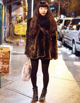 Chiaki/Cleak ファーコートを真っ黒でまとめた クラシックなスタイル。口紅の色がcute!