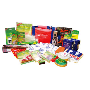 B 救急セットからロープやホイッスル、カイロ、保存食も揃っている2人用避難セット。 SafeGuard Deluxe - Two Person 72 hour Emergency Kit $176.95