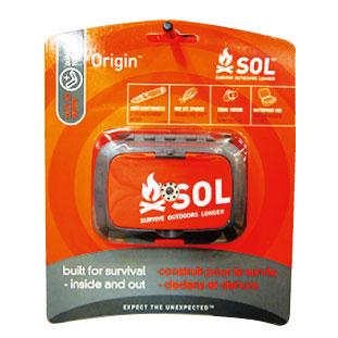 E ナイフ、ライト、ホイッスル、着火石、鏡などがセットになった携帯用のサバイバルキット。Survive Outdoors Longer Origin Essential Survival Kit $39.50