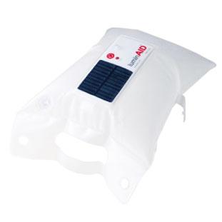 B 太陽光パネル付きで水に浮かばせることができるライト。 LuminAID Solar-Powered Inflatable Light $24.95