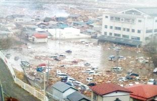 2013年3月11日、 津波が押し寄せ、家や車を飲み込んでゆく