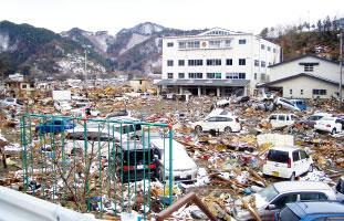 津波がひいた後の大槌小学校一帯