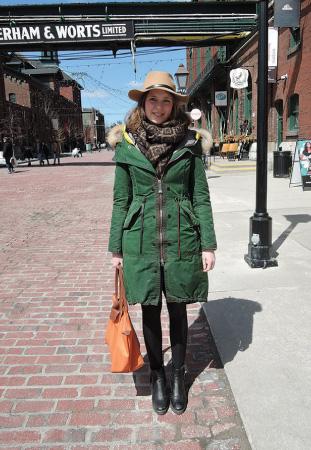 Julia/Student 緑のコート。