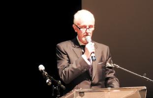 開会の挨拶を述べるJCCC館長ジェームス・ヘロンさん