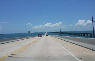 セブンマイルブリッジをドライブ
