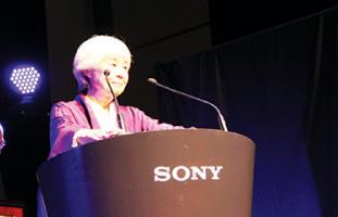 受賞の喜びを述べるJoy Kogawa氏