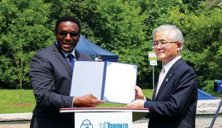 ロント市長からの感謝状を手にするMichael Thompson 市議と小池裕昭相模原副市長