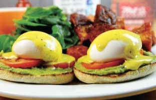 Eggs Isabelleには、サラダとお店自慢のソースを合わせたホームフライと。