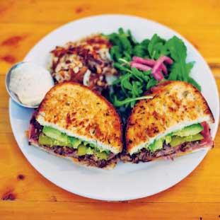 """""""Cubano  Sandwich""""はローストポークに、アボカド、ハム、マスタード、ピクルス、チェダーチーズなどを合わせたサンドイッチ。"""