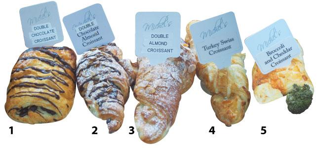 1. Double Chocolate Croissant - 食べやすい長方形の形をした子供に大人気のクロワッサン。チョコレート好きにはたまらない一品。食後のデザートとして、また、3時のコーヒーブレイクのお供にいかが?2. Double Chocolate Almond Croissant - アーモンドもチョコレートもこれでもかとのっており、中にもチョコレートがたっぷり。温めてしまうと上のチョコが溶けてしまうのでそのままがオススメ。冷やして食べてもおいしい。3. Double Almond Croissant - アーモンド好きにはたまらないアーモンドづくしのクロワッサン。上に乗ったアーモンドスライスとクロワッサンの食感が絶妙なコンビネーション。豪快に口周りの汚れを気にせず食べてみて。4. Turkey Swiss Croissant - こちらはターキーが入っている少し珍しいクロワッサン。しかもチーズもチェダーでなくスイスチーズが使われている。全体的にさっぱりしているので食後の重たさがないのも◎。5.Broccoli&Cheddar Croissant - 緑の野菜の中でもブロッコリーはカナダでとても一般的。多くの料理にも使われており、チェダーチーズとの相性も抜群。食べ応えもあり小腹が空いたときにぴったりだ。