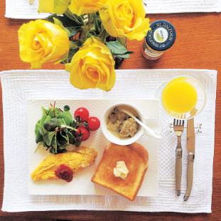 黄色いバラと具沢山オムレツ