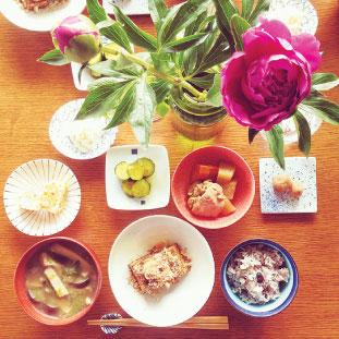 鮮やかなピンクの芍薬と和朝食