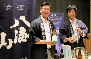 寿司に合う日本酒メニューをサポートしている小沢カナダさん