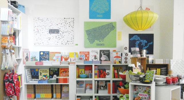 絵本も充実していて、家族で楽しめる。様々な画風や色の、センスの良い絵本が多数販売されている。
