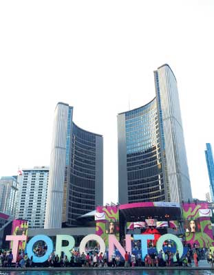 Toronto City Hall ゆるやかにカーブする2つのビルは、フィンランド人のViljo Revell氏がデザインを手がけたことで有名。絶大な存在感を誇るTORONTOのロゴは、夜になると約5分おきに色が変わる。