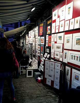 Rue Du Trésor(トレゾール通り) 数十メートルほどのトレゾール通りには、地元を愛するアーティストたちの絵が所狭しと並んでいる。気さくな画家たちとのおしゃべりに花を咲かせながら、お気に入りの一枚を探してみては?ゆるやかな坂を下りながら、芸術家気分に浸ってみてはいかがだろう?