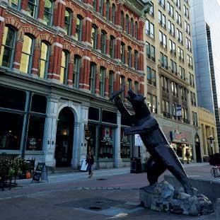 Sparks Street Mall 国会議事堂から南へ1ブロック進むと、歴史溢れる街並が印象的な通りにさしかかり、歩いて行くにつれ、様々な彫刻が見られる。