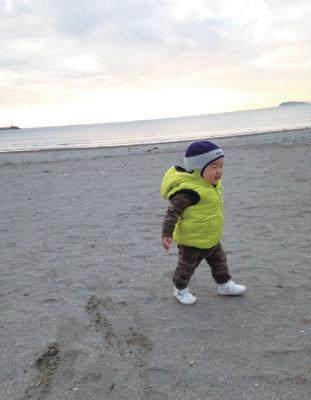 無事に1歳になり、歩けるようになりました。