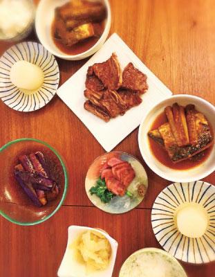 相方の夏さんお手製の夕飯。サバ味噌、牛タン、牛カルビなど。この後〆にラーメンとカレーが待ってました。。