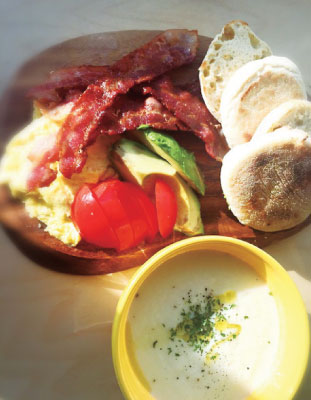 イングリッシュマフィン、ターニップビシソワーズで朝食を