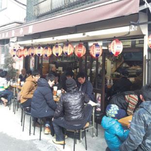 浅草の飲み屋。日本はこうやって軒先にテーブル置いて営業できるのが凄いですね。