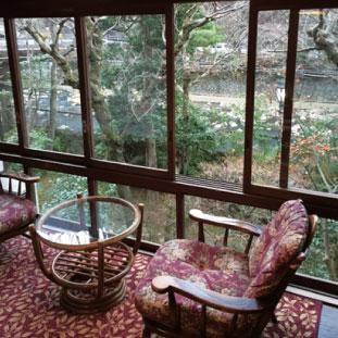 やっぱり温泉。箱根湯元温泉では川沿いで風情のある宿に。